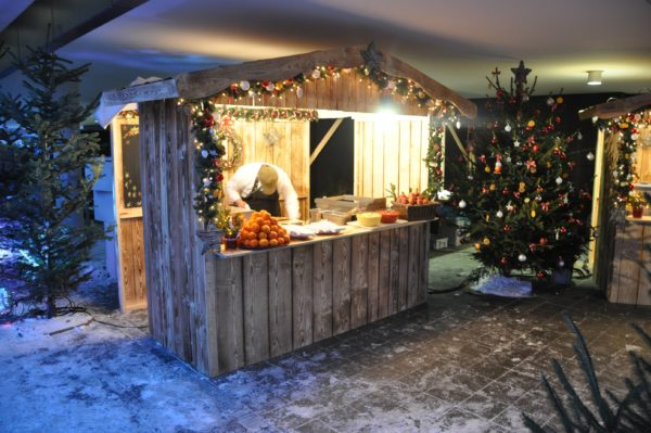 Weihnachtsmarkthütte mit Ausgabefenster und Türen seitlich